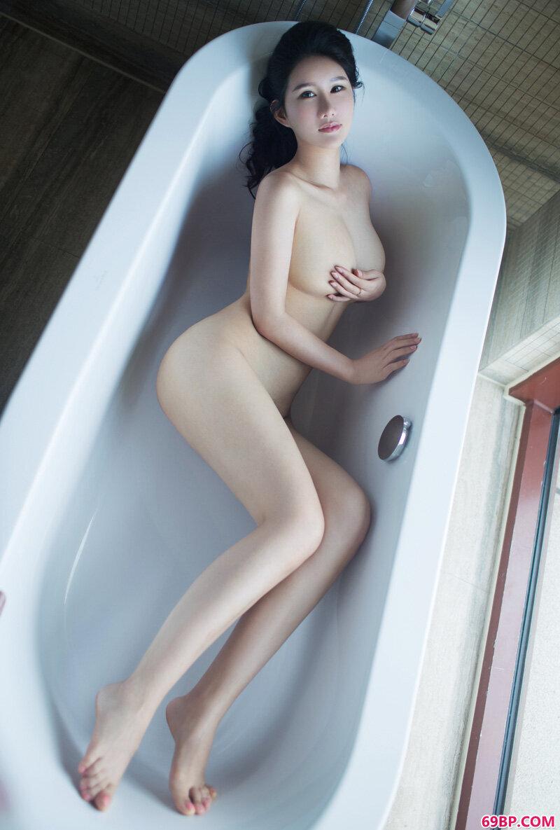 名模第56期女神谭冰性感入骨_揉搓农村熟妇的大乳