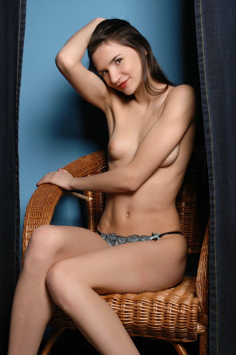 欧美套图_蓝色背景室拍藤椅上的长头发裸模