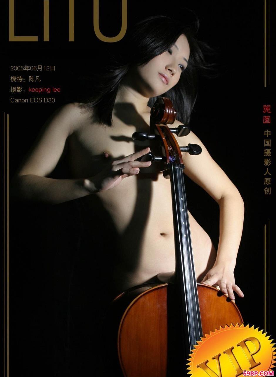 AV女优写真_性感妹子陈凡室拍大提琴人体1