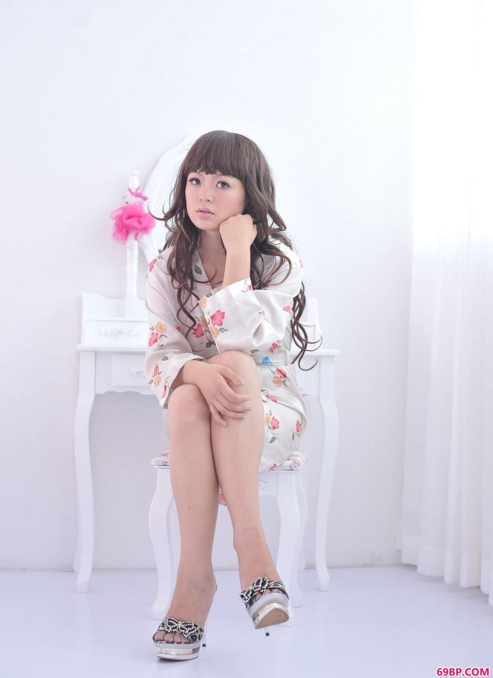 gogo黄美姬人体写真,嫩模苏茜梳妆镜前的粉色诱惑美体