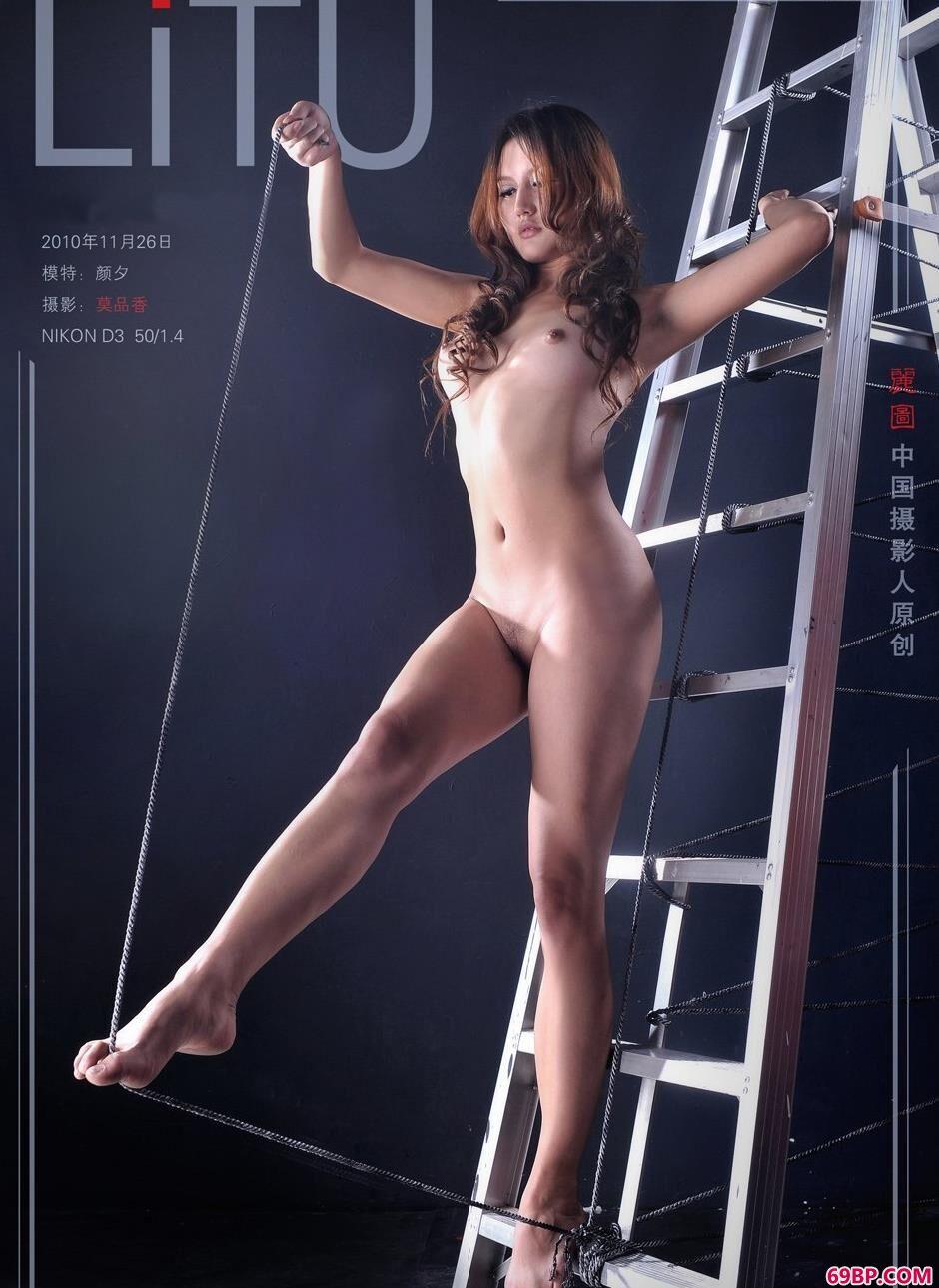 嫩模颜夕爬梯上的钢丝人体