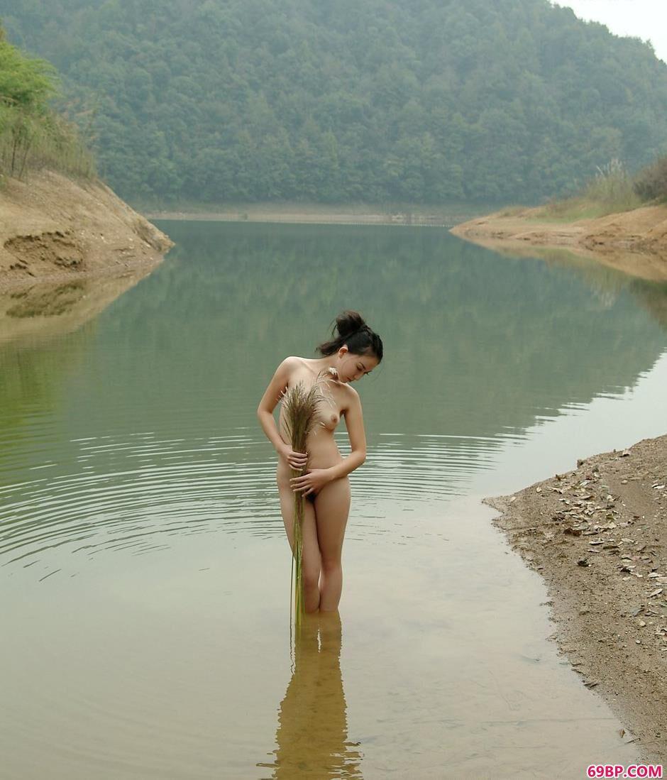 美模杨芳乡村小河上的抚媚人体