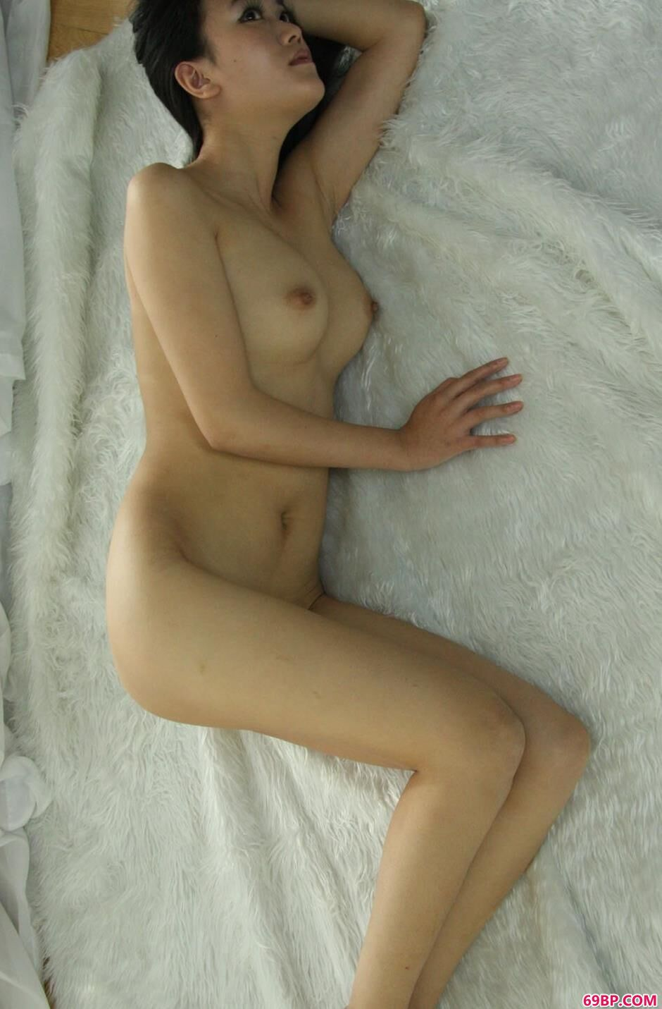 妹子安慧房间内羊毛毯上的魅惑人体