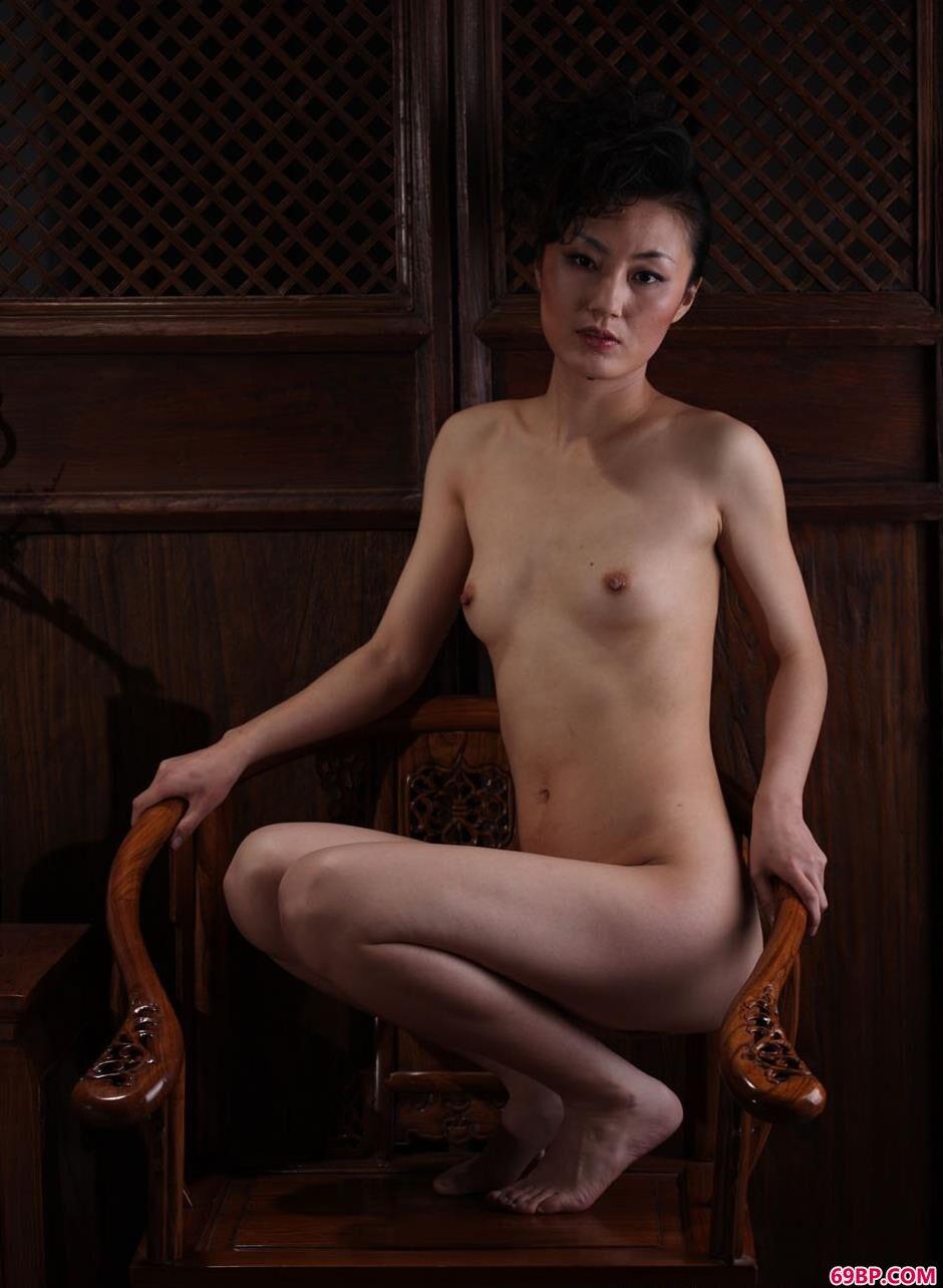 静怡在老宅椅子上的人体2,西西汤加丽人体艺术展