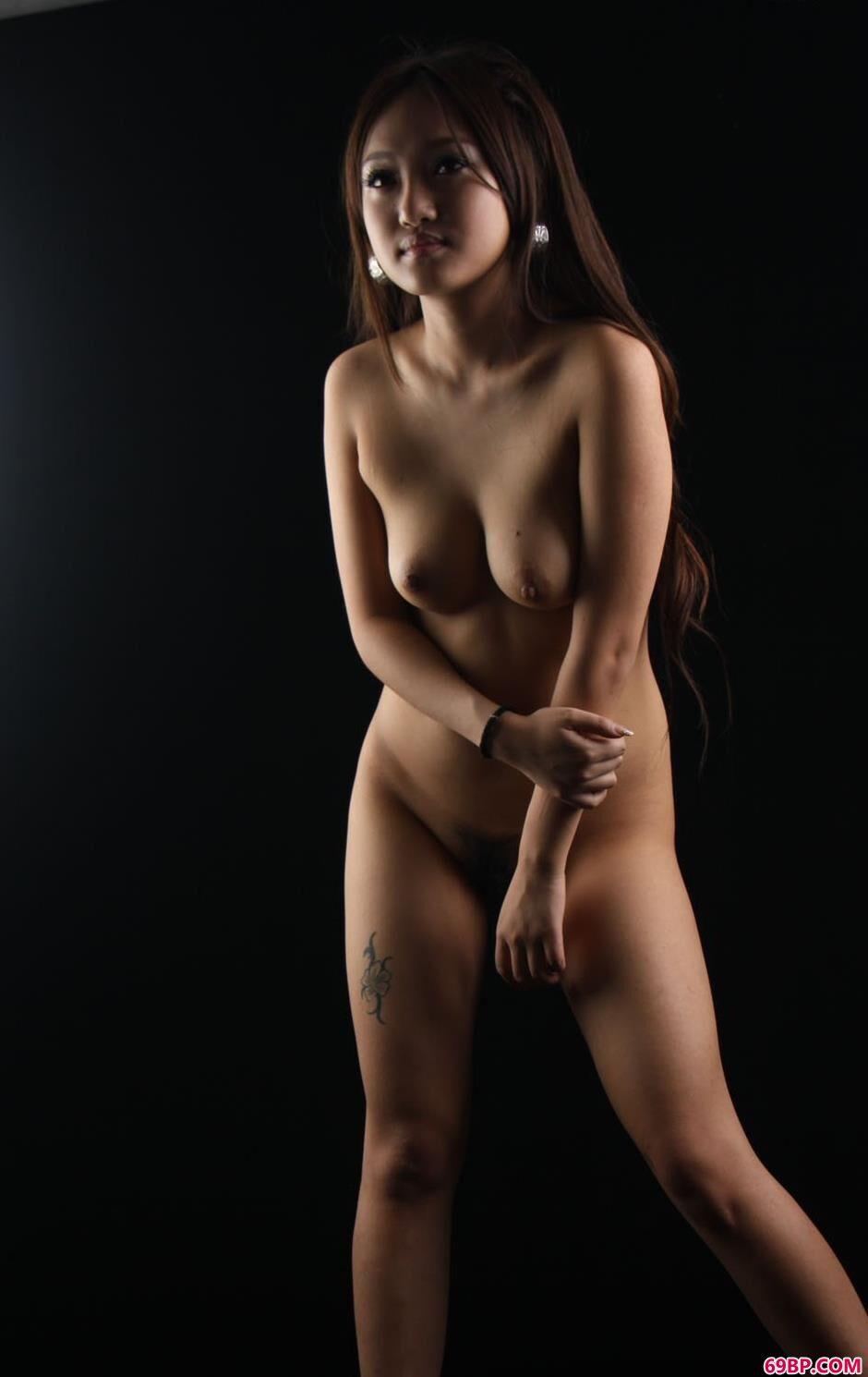 太大胆的美女人体艺术图片,靓女sara黑棚里的妩媚人体2