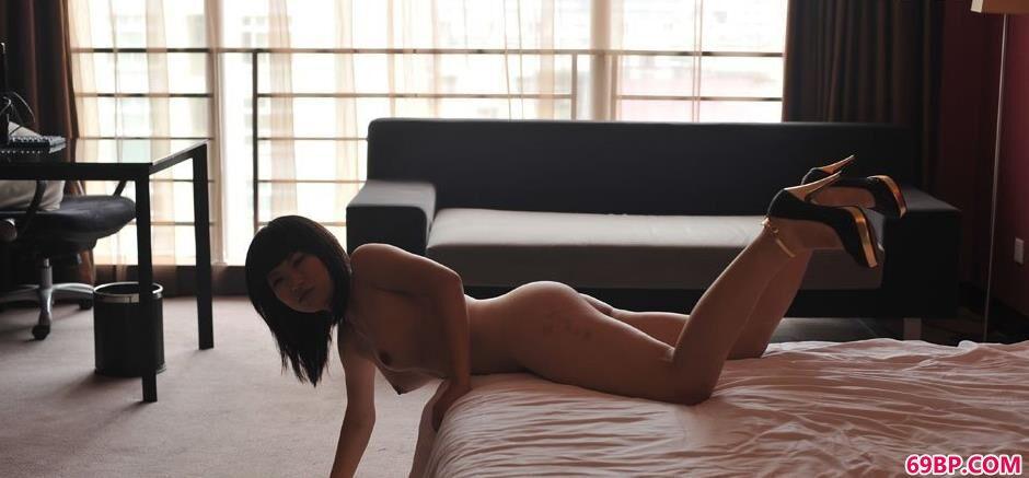 人体亿术_裸模蓝雅琦床上的诱惑人体