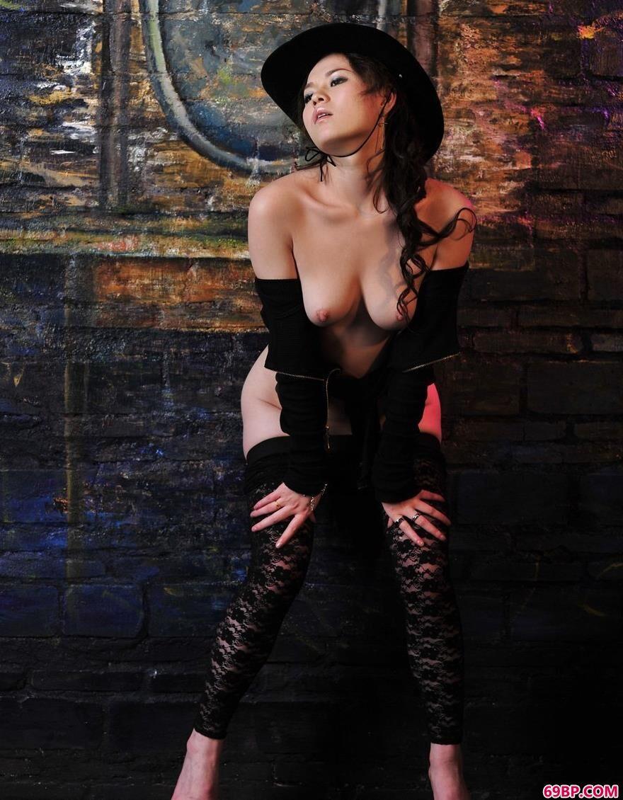 模特蒂蒂全部私拍_名模君怡黑背景人体3