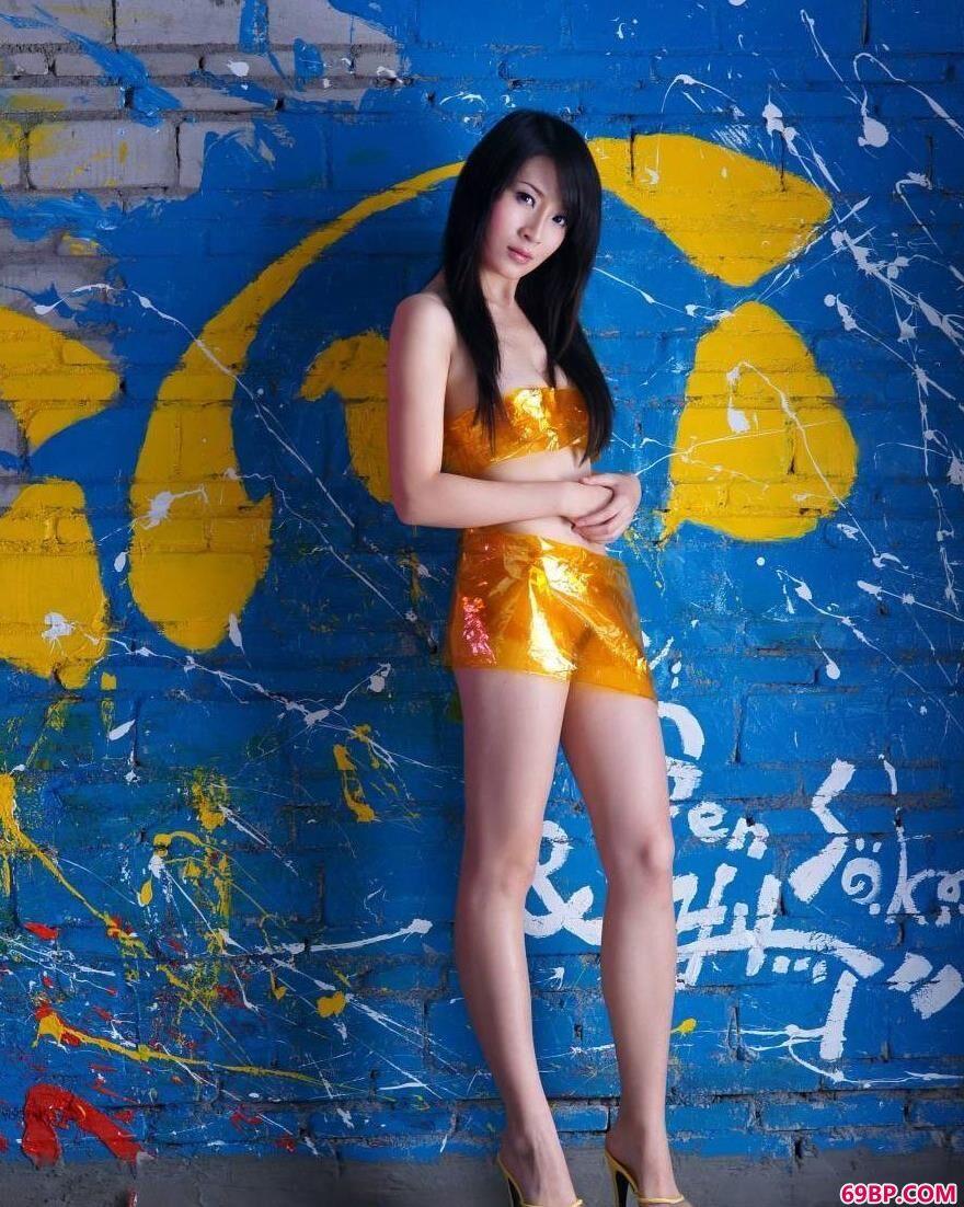 涂鸦墙前苗条的超模美琪儿3