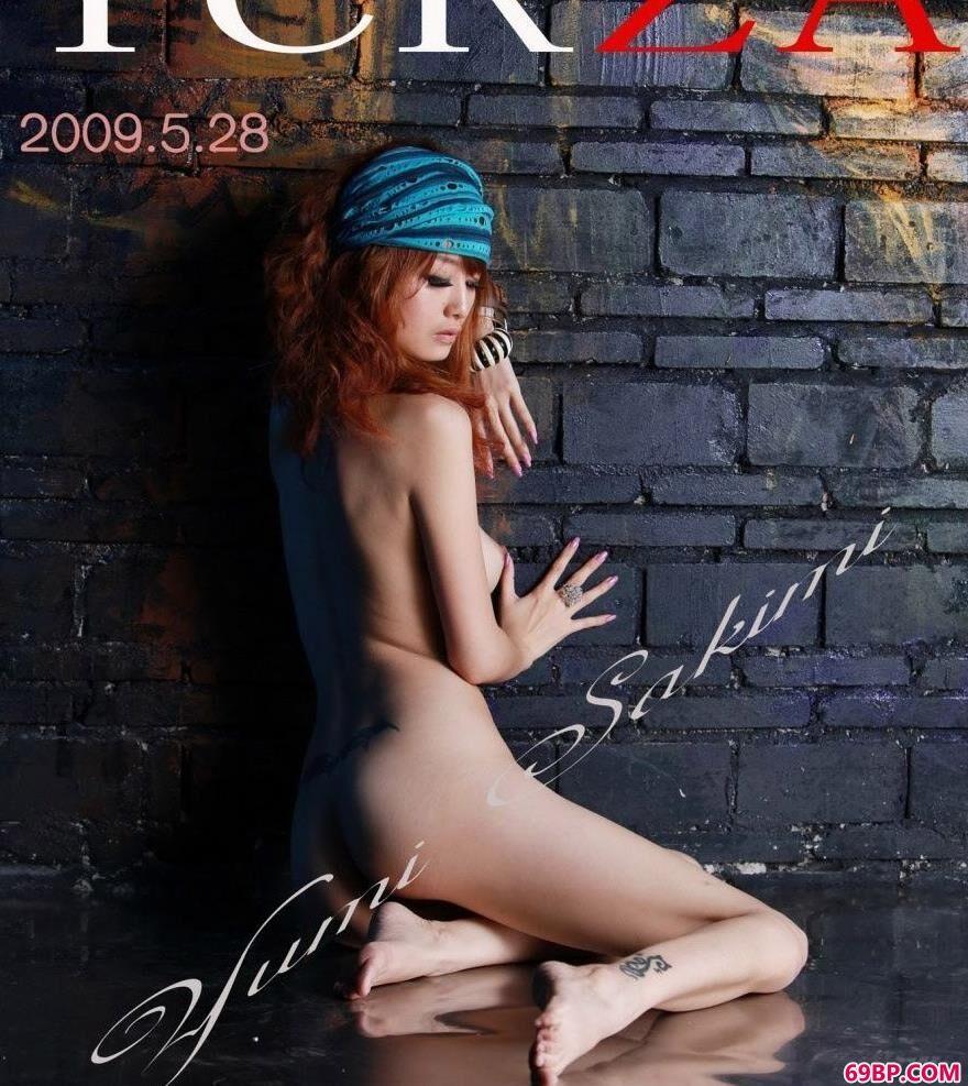 艺术人体_涂鸦墙前模特Yumi美体