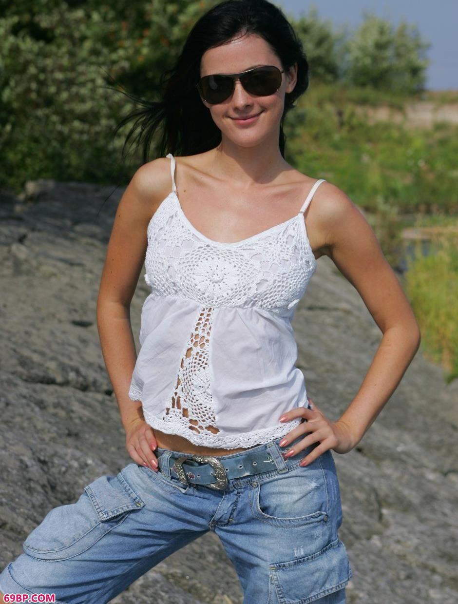 超模卢德米拉Ludmila河边岩石上的风情人体1