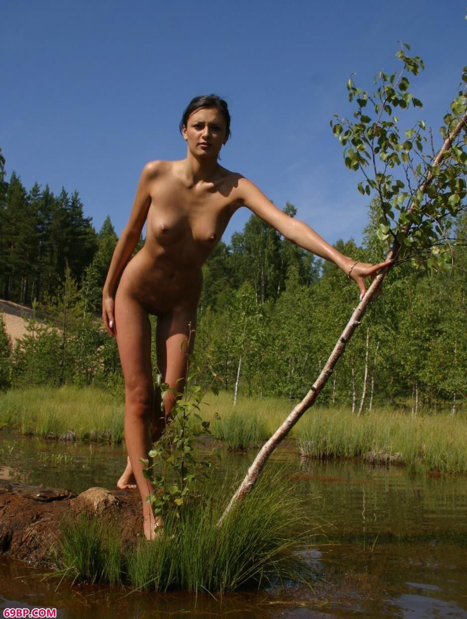 小溪边的Ulia可人人体