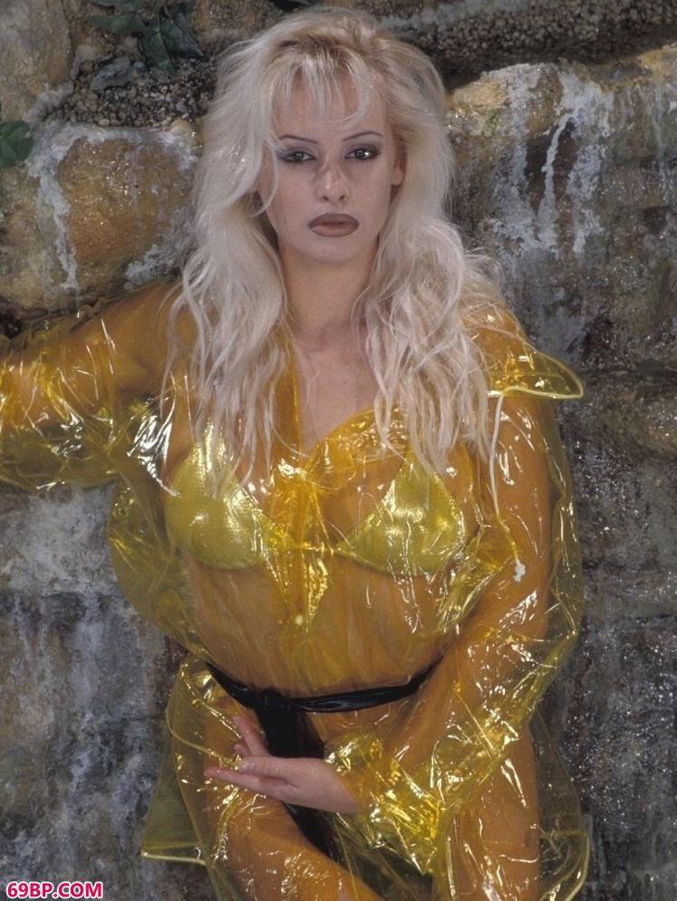 超模Caroline岩石边上的黄衣人体,汤芳高清人体艺术