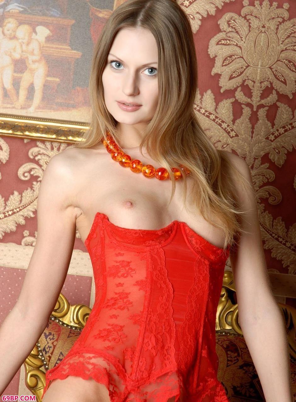 欧美人体艺术图_意大利靓妹Dolores沙发椅上的红色肉丝人体