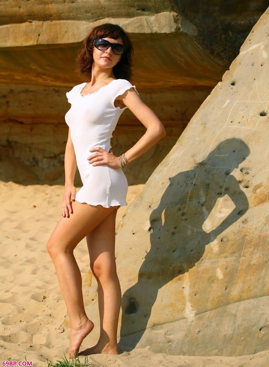 嫩模PAULA郊外岩石边的美丽人体