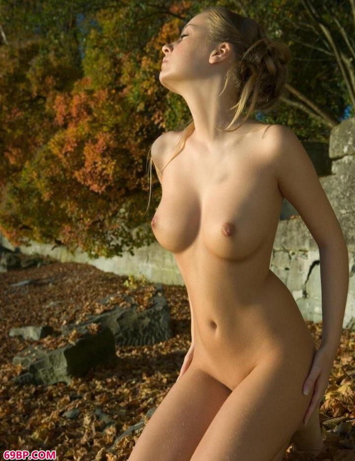 俄罗斯靓妹萨莉秋天落叶下的勾人美体_欧美潮喷出白浆