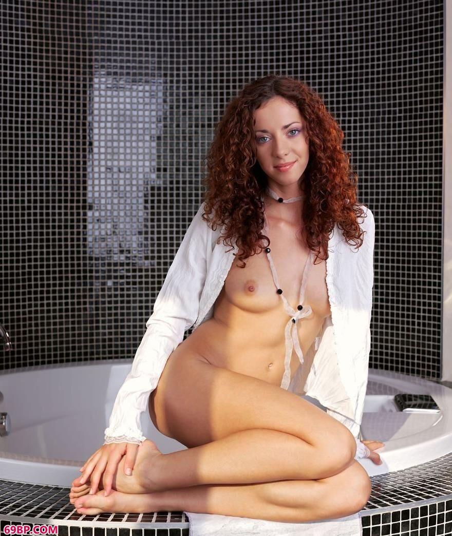浴池边的碧眼女模1
