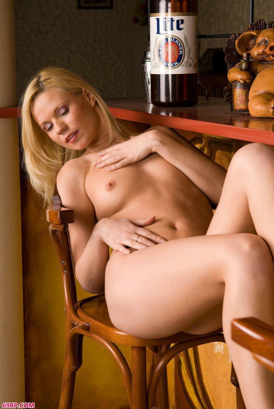 酒吧里的无圣光金发妹子嫩模