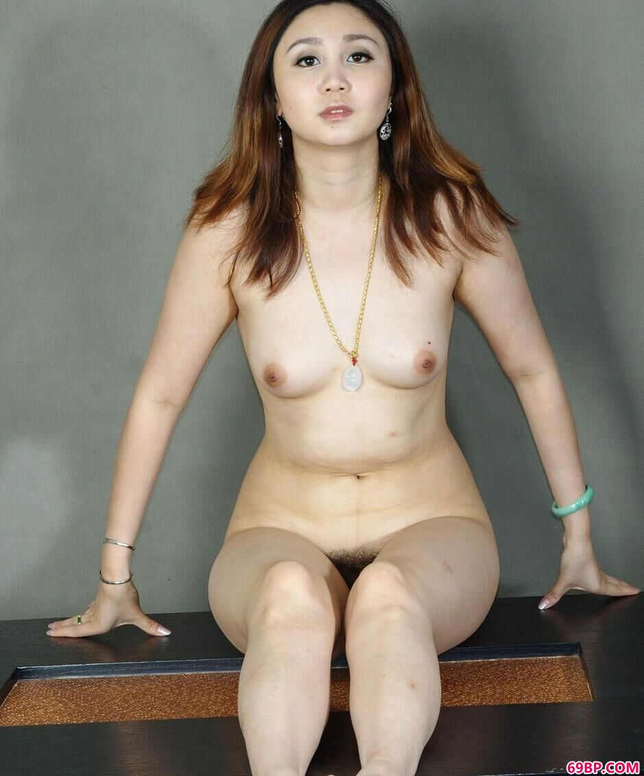 名模美惠桌子上的大尺度人体