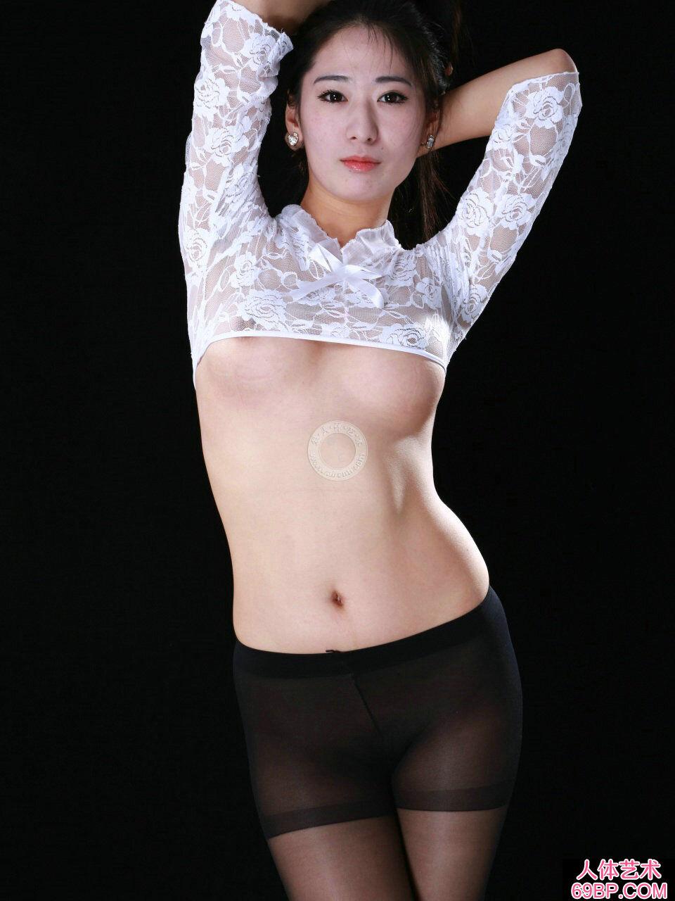 苗条的人体美模阿芸穿蕾丝内裤室拍人体_美女艺术图片